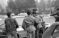 - Milano, controlli antidroga della polizia davanti ad una scuola superiore (Ottobre 1988)<br /> <br /> - Milan, police drug controls in front of an higher school (October 1988)