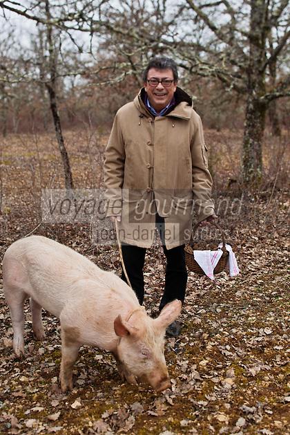 Europe/Europe/France/Midi-Pyrénées/46/Lot/Env de Lalbenque: Christian  Constant s'initie  au cavage  avec le cochon, (Recherche) des truffes sur le causse . [Non destiné à un usage publicitaire - Not intended for an advertising use]
