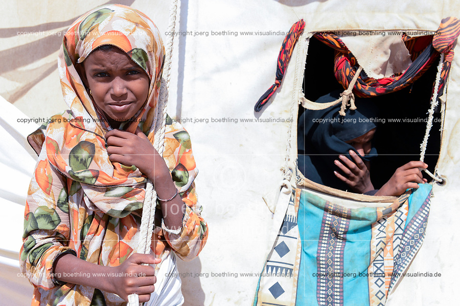 DJIBOUTI , Obock, refugee camp Markazi for yemeni war refugees , girl infront of tent / DSCHIBUTI, Obock, Fluechtlingslager Markazi fuer jemenitische Fluechtlinge