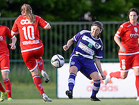 20160520 - TUBIZE , BELGIUM : Standard's Davinia Vanmechelen (left) pictured in a duel with Anderlecht's Noemie Gelders (r) during a soccer match between the women teams of RSC Anderlecht and Standard Femina de Liege , during the sixth and last matchday in the SUPERLEAGUE Playoff 1 , Friday 20 May 2016 . PHOTO SPORTPIX.BE / DAVID CATRY