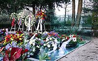 Nederland  Amsterdam   2021.  Jaarlijkse Auschwitzherdenking in het Wertheimpark. Bloemen op het spiegel monument van Jan Wolkers.  Foto Berlinda van Dam / HH / ANP.