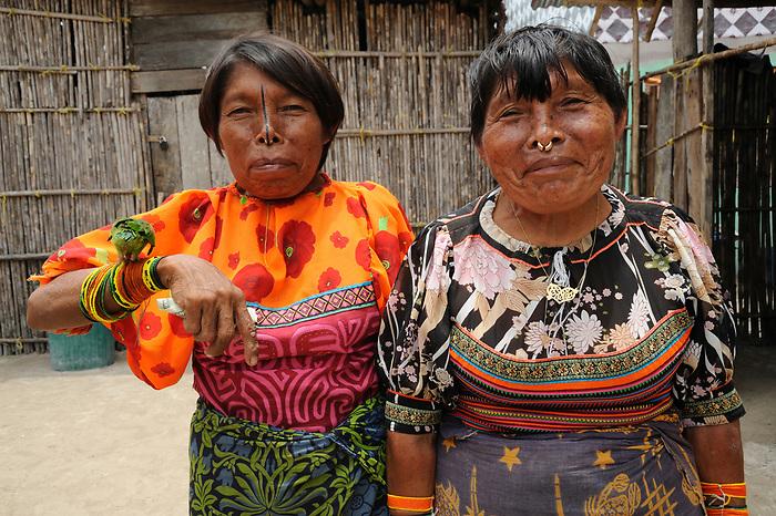 Indígenas guna / mujeres con loro en la comarca de Guna Yala, Panamá.