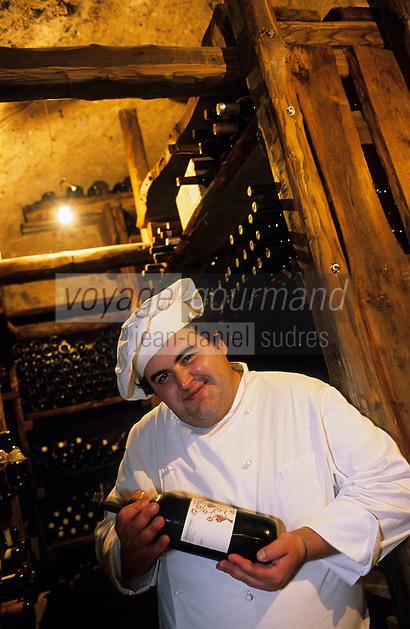 """Europe/Italie/Côte Amalfitaine/Campagnie/Env de Sorrente/Vico Equense : Gennaro Esposito chef du restaurant """"La Torre del Saracino"""" dans sa cave"""
