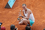 Petra Kvitova from Czech Republic poses with the Mutua Madrid Open winner award in Madrid, Spain. May 09, 2015. (ALTERPHOTOS/Victor Blanco)