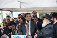 """Solidaritaetskundgebung """"Berlin traegt Kippa"""" am Mittwoch den 25. April 2018 vor dem Juedischen Gemeindehaus Fasanenstraße in Berlin.<br /> Die Juedische Gemeinde zu Berlin rieft alle Berlinerinnen und Berliner zu dieser Solidaritaetskundgebung auf, nachdem in der Woche zuvor ein arabischer Israeli in Berlin von einem Jugendlichen mit einem Guertel verpruegelt wurde weil er eine Kippa getragen hat.<br /> Die Juedische Gemeinde wollte mit dieser Aktion ein Zeichen gegen Antisemitismus und Intoleranz setzen und ein breites gesellschaftliches Buendnis mobilisieren.<br /> Im Bild: Dr. Gideon Joffe, Vorsitzender der Juedischen Gemeinde zu Berlin.<br /> 25.4.2018, Berlin<br /> Copyright: Christian-Ditsch.de<br /> [Inhaltsveraendernde Manipulation des Fotos nur nach ausdruecklicher Genehmigung des Fotografen. Vereinbarungen ueber Abtretung von Persoenlichkeitsrechten/Model Release der abgebildeten Person/Personen liegen nicht vor. NO MODEL RELEASE! Nur fuer Redaktionelle Zwecke. Don't publish without copyright Christian-Ditsch.de, Veroeffentlichung nur mit Fotografennennung, sowie gegen Honorar, MwSt. und Beleg. Konto: I N G - D i B a, IBAN DE58500105175400192269, BIC INGDDEFFXXX, Kontakt: post@christian-ditsch.de<br /> Bei der Bearbeitung der Dateiinformationen darf die Urheberkennzeichnung in den EXIF- und  IPTC-Daten nicht entfernt werden, diese sind in digitalen Medien nach §95c UrhG rechtlich geschuetzt. Der Urhebervermerk wird gemaess §13 UrhG verlangt.]"""