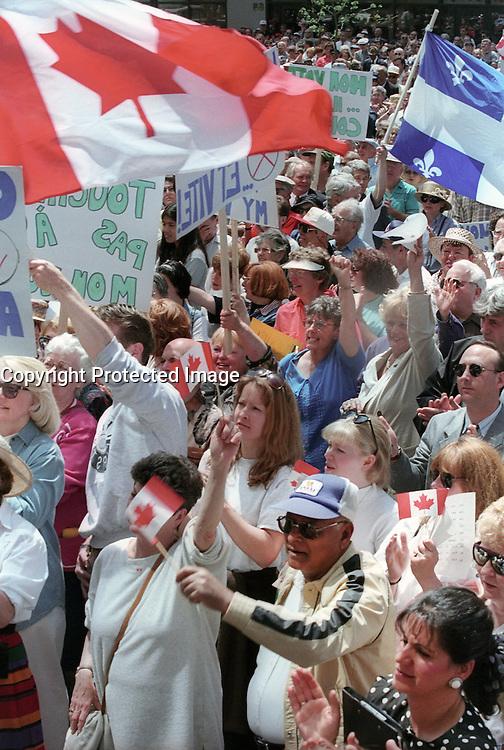 REFERENDUM QUEBEC 1995  MANIFESTATION ALLIANCE QUEBEC<br /> IRREGULARITES REFERENDAIRE 2000 PERSONNES<br /> COMMUNAUTE ANGLOPHONE <br /> COMITE DU NON ET PARTISANS DU OUI<br /> <br /> PHOTO JACQUES NADEAU <br /> 1995