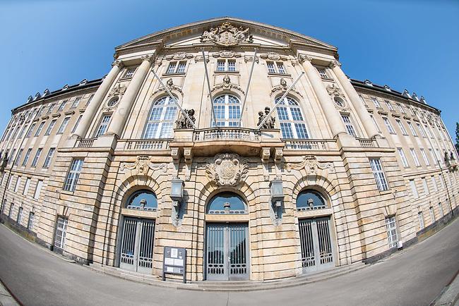 Das Berliner Kammergericht in Berlin-Schoeneberg. Es ist das aelteste deutsche Gericht mit ununterbrochener Taetigkeit. 2018 wird das Gericht 550 Jahre alt.<br /> Das Kammergericht ist das hoechste Berliner Gericht und wurde erstmals 1468 urkundlich erwaehnt. Von August 1944 bis Januar 1945 tagte hier der Volksgerichtshof. In dieser Zeit fanden unter anderem die von Roland Freisler geleiteten Schauprozesse gegen die Beteiligten des Attentat auf Adolf Hitler am 20. Juli 1944 statt.<br /> Nach Ende des Zweiten Weltkriegs bis zur Deutschen Wiedervereinigung war das Gebaeude auch der Sitz des Alliierten Kontrollrat.<br /> 13.5.2018, Berlin<br /> Copyright: Christian-Ditsch.de<br /> [Inhaltsveraendernde Manipulation des Fotos nur nach ausdruecklicher Genehmigung des Fotografen. Vereinbarungen ueber Abtretung von Persoenlichkeitsrechten/Model Release der abgebildeten Person/Personen liegen nicht vor. NO MODEL RELEASE! Nur fuer Redaktionelle Zwecke. Don't publish without copyright Christian-Ditsch.de, Veroeffentlichung nur mit Fotografennennung, sowie gegen Honorar, MwSt. und Beleg. Konto: I N G - D i B a, IBAN DE58500105175400192269, BIC INGDDEFFXXX, Kontakt: post@christian-ditsch.de<br /> Bei der Bearbeitung der Dateiinformationen darf die Urheberkennzeichnung in den EXIF- und  IPTC-Daten nicht entfernt werden, diese sind in digitalen Medien nach §95c UrhG rechtlich geschuetzt. Der Urhebervermerk wird gemaess §13 UrhG verlangt.]