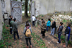MA VISITE GUIDÉE<br /> <br /> Avec/par les étudiants de l'école nationale supérieure de paysage de Versailles.<br /> Travail de stage avec Xavier Le Roy<br /> Cadre : Plastique Danse Flore 2012<br /> Lieu : Potager du roi<br /> Ville : Versailles<br /> Le : 14/09/2012<br /> (c) Laurent Paillier / photosdedanse.com<br /> All rights reserved