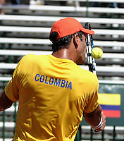 CALI - COLOMBIA – 06-04-2014: Robert Farah de Colombia devuelve de revés la bola a Peter Bertran de Republica Dominicana,  durante partido de la serie final de partidos en el Grupo I de la Zona Americana de la Copa Davis, partidos entre Colombia y República Dominicana en Estadio de Tenis Alvaro Carlos Jordan en la ciudad de Cali./ Robert Farah of Colombia returs in a backhand the ball to Peter Bertran of Dominican Republic during a match to the final series of matches in Group I of the American Zone Davis Cup, match between Colombia and Dominican Republic at the Alvaro Carlos Jordan Tennis Stadium in Cali, city. Photo: VizzorImage / Luis Ramirez / Staff