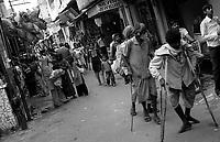 11.2010 Pushkar (Rajasthan)<br /> <br /> Handicapped walking during pilgrimage of kartik purnima.<br /> <br /> Handicapés en train de marcher pendant le pèlerinage de kartik purnima.