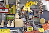 - Epidemia di Coronavirus, alleggerimento delle misure di sicurezza fase 2;  riapertura sperimentale di un mercato all'aperto nel comune di Corsico, periferia sud di Milano; mascherine, ingresso contingentato, percorsi obbligati, bancarelle distanziate, controllo della temperatura corporea e distanza sociale.<br /> <br /> - Coronavirus epidemic, lightening of security measures phase 2; experimental reopening of an open-air market in the municipality of Corsico, southern suburbs of Milan; masks, limited entry, obligatory routes, stalls spaced out, body temperature control and social distance.