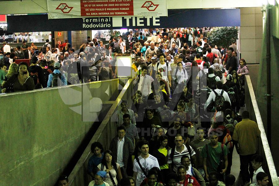 SÃO PAULO, SP, 04 DE MARÇO DE 2011 - SAÍDA FERIADO - Movimentação na noite desta sexta-feira na Rodoviária Tiête, região norte da capital paulista. (FOTO: VANESSA CARVALHO / NEWS FREE).