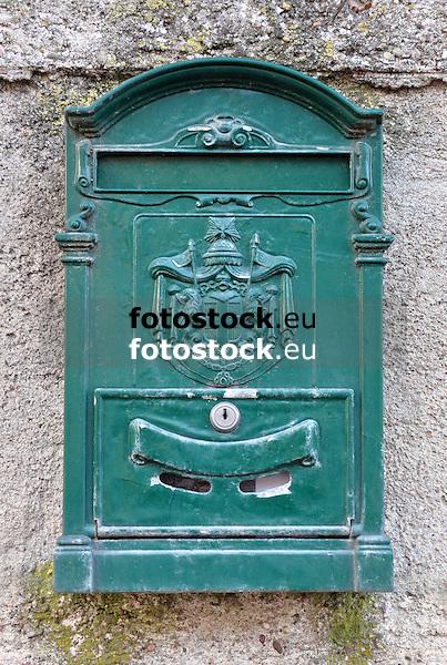 grüner antiker Briefkasten