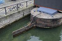- Milano, Naviglio Grande, particolare di un'antica chiatta da trasporto<br /> <br /> - Milan, Naviglio Grande canal , detail of an ancient transport pontoon barge