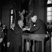 Le 6 Novembre 1962. Vue du compositeur Henri Busser à qui l'on remet une médaille dans la salle du Capitole.