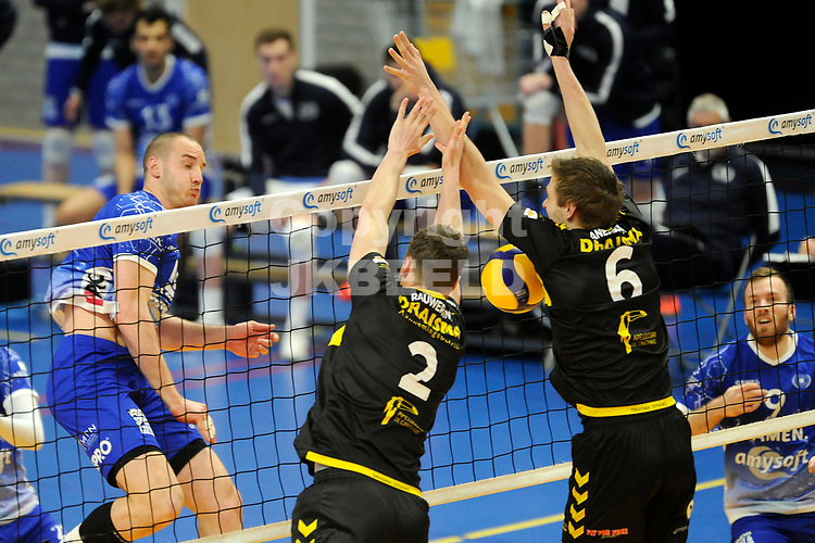 24-04-2021: Volleybal: Amysoft Lycurgus v Draisma Dynamo: Groningen Lycurgus speler Dennis Borst smasht de bal in de brievenbus van Dynamo speler Nico Manenschijn