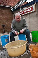 Europe/France/Nord-Pas-de-Calais/59/Nord/Esquelbecq:  Corvée de patates devant l'estaminet : Au Bon Coin - préparation des frites - Auto N°: 2009-103