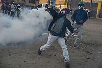 BOGOTA - COLOMBIA, 20-07-2021: Un manifestante lanza de regreso una granada de  gas lacrimógeno durante los distubios  entre manifestantes y miembros del ESMAD de la policía en el sector de Usme hoy, 20 de julio de 2021, en Bogotá durante la conmemoración del día de independencia de Colombia en el cual siguen las protestas del paro nacional que nuevamente convocó movilizaciones para protestar por el gobierno del presidente Duque. / A protester throws back a tear gas grenade during riots between protesters and ESMAD members of the police in the Usme sector today, July 20, 2021, in Bogotá during the commemoration of Colombia's independence day in which the protests of the national strike that again called mobilizations to protest the government of President Duque. Photo: VizzorImage / Diego Cuevas / Cont