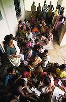 INDIEN Frauensparkasse im Distrikt Thane, Frauen sparen gemeinsam Geld oder erhalten Kleinkredite von der Gemeinschaft/ INDIA, women rural bank in district Thane, women save together money or receive micro credits from the community
