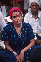 INDIA Madhya Pradesh, writer Arundhati Roy at protest rally of Adivasis and NGO Narmada Bachao Andolan in adivasi village Domkhedi at the reservoir of Sardar Sarovar dam of Narmada river / INDIEN,  Madhya Pradesh, Schriftstellerin Arundhati Roy auf einer Protestveranstaltung von Adivasi und der Bewegung zur Rettung der Narmada NBA im Adivasi Dorf Domkhedi, das am Stausee des Sardar Sarovar Damm liegt und von Ueberschwemmung bedroht ist