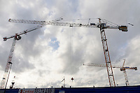 Grues de deux chantier d'habitation
