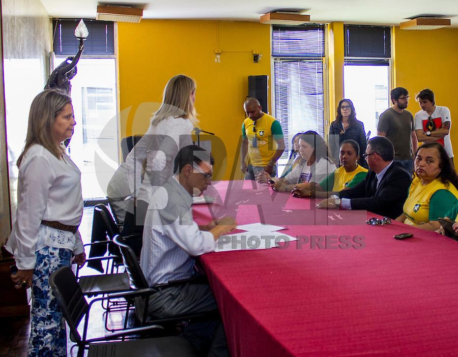 CURITIBA, PR, 26 DE NOVEMBRO DE 2013 – GREVE EDUCAÇÃO - Comissão de grevista dos professores municipais de Curitiba, foram recebidos pela Vice-Prefeita de Curitiba,Mirian Gonçalves. Na manha dessa terça-feira (26), para diálogar as reivindicações dos educadores.  (FOTO: PAULO LISBOA  / BRAZIL PHOTO PRESS)