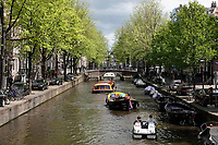 Nederland - Amsterdam - 2019.  Rondvaartboten in de gracht. Filevaren.  Foto Berlinda van Dam / Hollandse Hoogte