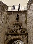 Muralla Romana de Lugo, puerta de San Pedro. Un chico roba unas monedas de los deseos.