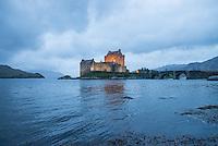 Eilean Donan Castle nahe der Ortschaft Dornie  im Loch Duich und Loch Alsh in den North West Highlands.<br /> Das Castle wurde 1214 vom Clan der MacKenzies erbaut und spaeter waehrend des Jacobiner-Aufstands zerstoert. Anfang des 20.Jh. wurde es orginalgetreu wiedererbaut.20.5.2015, Eilean Donan Castle, Highlands/Schottland<br /> Copyright: Christian-Ditsch.de<br /> [Inhaltsveraendernde Manipulation des Fotos nur nach ausdruecklicher Genehmigung des Fotografen. Vereinbarungen ueber Abtretung von Persoenlichkeitsrechten/Model Release der abgebildeten Person/Personen liegen nicht vor. NO MODEL RELEASE! Nur fuer Redaktionelle Zwecke. Don't publish without copyright Christian-Ditsch.de, Veroeffentlichung nur mit Fotografennennung, sowie gegen Honorar, MwSt. und Beleg. Konto: I N G - D i B a, IBAN DE58500105175400192269, BIC INGDDEFFXXX, Kontakt: post@christian-ditsch.de<br /> Bei der Bearbeitung der Dateiinformationen darf die Urheberkennzeichnung in den EXIF- und  IPTC-Daten nicht entfernt werden, diese sind in digitalen Medien nach §95c UrhG rechtlich geschuetzt. Der Urhebervermerk wird gemaess §13 UrhG verlangt.]