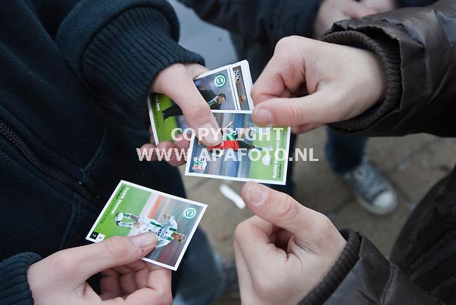 Nijmegen, 280109<br /> Bij de Albert Heijn aan de Daalseweg staan dranghekken om de kinderen die voetbalplaatjes vragen aan winkelend publiek op afstand te houden. De plaatsen worden gelijk geruild.<br /> Foto: Sjef Prins - APA Foto