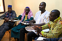 BURKINA FASO, Kaya, christlich islamischer Dialog, rechts François Paul RAMDÉ von der Organisation « Union Fraternelle des Croyants » UFC Dori und 2.v.l. El Hadji Mahamoudou Yaya CISSÉ, Grand Imam von Dori