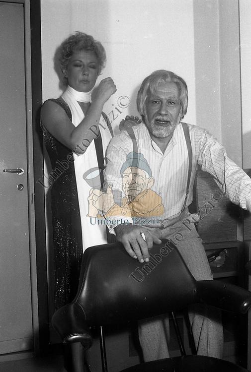 ALBERTO LUPO CON LA MOGLIE LIYLA ROCCO<br /> NEI CAMERINI DEL TEATRO ARGENTINA ROMA 1975