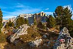 Italien, Suedtirol (Trentino - Alto Adige), oberhalb von Wolkenstein an der Sellajoch Passstrasse: Sellagruppe nit den Sellatuermen rechts (Torri del Sella)   Italy, South Tyrol (Trentino -Alto Adige) above Selva di Val Gardena at Passo Sella: Sella Mountain Range with Torri del Sella (right)