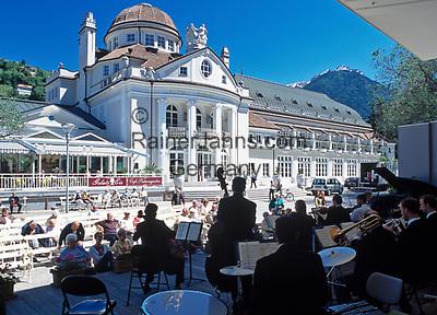 Italien, Suedtirol, Meran: Kurkonzert vor dem Kurhaus | Italy, South-Tyrol, Alto Adige, Merano: Spa Concert in front of health resort building