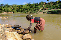 MADAGASCAR, region Manajary, town Vohilava, small scale gold mining, children panning for gold at river / MADAGASKAR Mananjary, Vohilava, kleingewerblicher Goldabbau, Kinder waschen Gold am Fluss