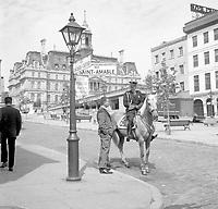 Policier ˆ cheval au coin des rues Saint-Amable et Jacques-Cartier, 1967