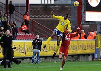 KV Kortrijk - St-Truiden VV.Ibrahima Sidibe (links) springt hoger dan Davy De Beule (rechts).foto VDB / BART VANDENBROUCKE