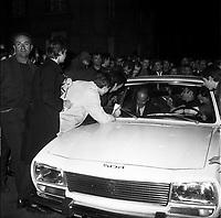 20 Mai 1969. Vue de Valéry Giscard d'Estaing dans une voiture qui signe un autographe à une personne dans la foule.