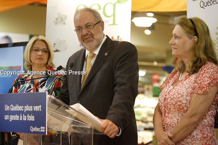 Montreal, July 23, 2012 - Mr. Pierre Arcand, Minister of Developpement durable, de l'Environnement et des Parcs (MDDEP), released today the results of a study showing that,  between 2007 and 2010, Quebecers consumed 52% fewer single-use shopping bags, hitting the target set by the government two years before the 2012 expiry of the Voluntary Code of Best Practices for the Use of Shopping Bags. The announcement was made in the presence of   Maryse Vermette ,President and CEO of Eco Entreprises Québec (ÉEQ),  the organization that represents Québec's various retailer associations who successfully implemented the Code (L) and Ginette Bureau, President and CEO of RECYC-QUÉBEC (R)