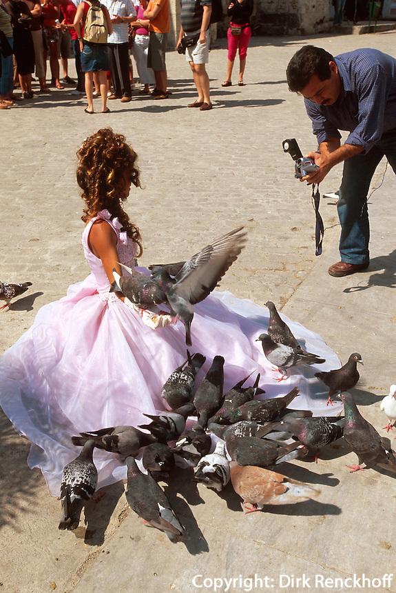 Cuba, Posieren für Video auf Plaza San Francisco  in Habana