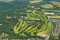 Wentorf-Reinbeker Golf-Club e. V..:EUROPA, DEUTSCHLAND, SCHLESWIG- HOLSTEIN, WENTORF 18.06.2005:Der 9-Loch-Platz wurde im Jahre 1912 auf 18 Löcher erweitert. Aber schon im Jahre 1915 musste der gesamte Platz als Folge des 1. Weltkrieges geschlossen und der Landwirtschaft nutzbar gemacht werden. 1925 erfolgte die Neugründung des Clubs. Auf 13,5 Hektar wurden 9 Löcher angelegt, die sich wegen der Enge teilweise kreuzten. Im Jahre 1957 wurden weitere Flächen angepachtet, die es ermöglichten, die neuen Löcher großzügiger anzulegen. Es entstand ein landschaftlich reizvoller und in sich geschlossener Platz (Standard 70) von hoher sportlicher Schwierigkeit...1988 beschloss die Mitgliederversammlung des WRGC, den Platz auf 18 Löcher zu erweitern und das Clubhaus auszubauen. Die Planung sah vor, die neuen Löcher mit den alten zu vermischen, um auf diese Weise zu erreichen, dass der Platz seinen Charakter und sein geschlossenes Erscheinungsbild beibehielt. Die Arbeiten wurden 1991 abgeschlossen, und die offizielle Eröffnung fand am 23. Mai 1992 statt. Infolge der Platzerweiterung wurde die Zahl der ordentlichen Mitglieder von ca. 200 auf 560 erhöht....Luftaufnahme, Luftbild,  Luftansicht.