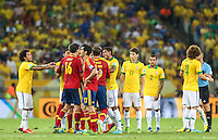 RIO DE JANEIRO, 30.06.2013 - COPA DAS CONFEDERAÇÕES - FINAL - BRASIL X ESPANHA - Jogadores  do Brasil e da Espanha na final da Copa das Confederações Estádio do Maracanã, na zona norte do Rio de Janeiro, neste domingo, 30. (Foto: William Volcov / Brazil Photo Press).