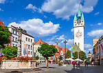 Deutschland, Niederbayern, Straubing: Theresienplatz mit Stadtturm und Brunnen | Germany, Lower Bavaria, Straubing: Theresien Square with City Tower and fountain