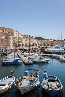 France, Provence-Alpes-Côte d'Azur, Saint-Tropez: marina   Frankreich, Provence-Alpes-Côte d'Azur, Saint-Tropez: Blick von der Prómenade du Môle Jean-Réveille ueber den Yachthafen