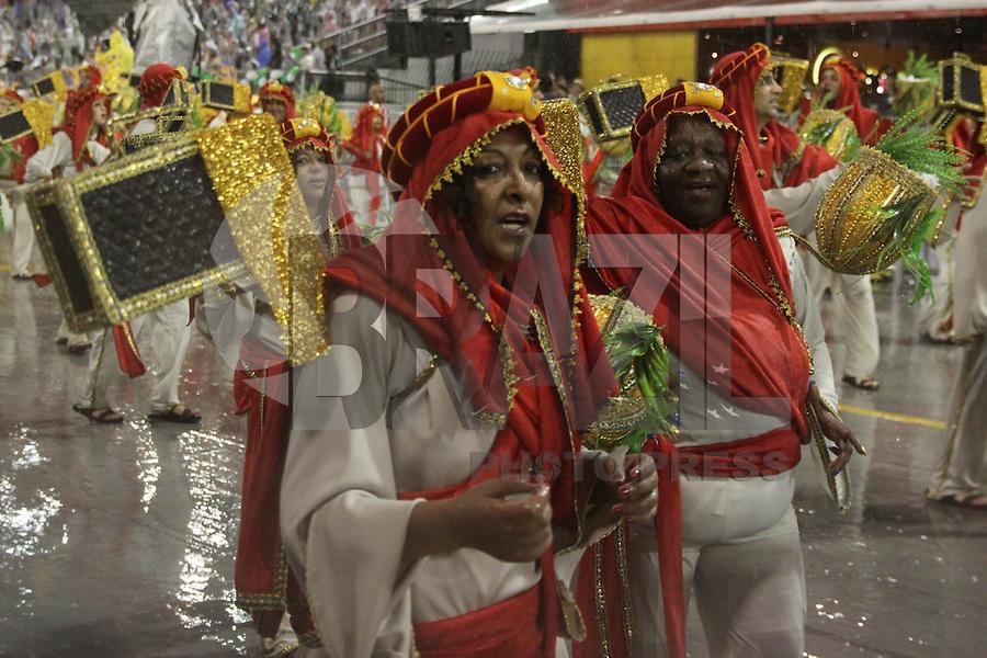 SA~O PAULO, SP, 15.02.2015  CARNAVAL 2015  SÃO PAULO  GRUPO DE ACESSO / COLORADO DO BRAS  Integrantes da escola de samba Colorado do Brás durante desfile do grupo de acesso do Carnaval de São Paulo, na noite deste domingo, (15). (Foto: Marcos Moraes / Brazil Photo Press).
