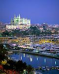 Spanien, Balearen, Mallorca, Palma de Mallorca: mit Kathedrale La Seu und Hafen bei Nacht | Spain, Balearic Islands, Mallorca, Palma de Mallorca: with cathedrale La Seu and harbour at night