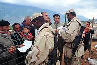 - controls for the admission in the camp for  Kossovo refugees organized by the United Arab Emirates in Kukes....- controlli per l'ammissione nel campo per profughi dal Kossovo organizzato dagli Emirati Arabi Uniti a Kukes