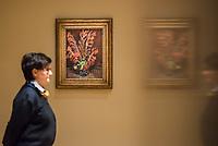 """Ausstellung """"Van Gogh. Stillleben"""" im Potdamer Museum Barberini.<br /> Die Ausstellung versammelt in einer repraesentativen Auswahl 27 Gemaelde. Von den in dunklen Erdtoenen gehaltenen Studien des Fruehwerks der Jahre 1881–1885 bis zu den in leuchtenden Farben gemalten Obst- und Blumenstillleben, die in den letzten Lebensjahren entstanden.<br /> Im Bild: Das Gemaelde """"Vase mit roten Gladiolen"""".<br /> 24.10.2019, Potsdam<br /> Copyright: Christian-Ditsch.de<br /> [Inhaltsveraendernde Manipulation des Fotos nur nach ausdruecklicher Genehmigung des Fotografen. Vereinbarungen ueber Abtretung von Persoenlichkeitsrechten/Model Release der abgebildeten Person/Personen liegen nicht vor. NO MODEL RELEASE! Nur fuer Redaktionelle Zwecke. Don't publish without copyright Christian-Ditsch.de, Veroeffentlichung nur mit Fotografennennung, sowie gegen Honorar, MwSt. und Beleg. Konto: I N G - D i B a, IBAN DE58500105175400192269, BIC INGDDEFFXXX, Kontakt: post@christian-ditsch.de<br /> Bei der Bearbeitung der Dateiinformationen darf die Urheberkennzeichnung in den EXIF- und  IPTC-Daten nicht entfernt werden, diese sind in digitalen Medien nach §95c UrhG rechtlich geschuetzt. Der Urhebervermerk wird gemaess §13 UrhG verlangt.]"""