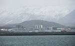 Foto: VidiPhoto..REYKJAVIK - Zicht op de hoofdstand van IJsland, Reykjavik in zuidwest-IJsland, vanuit de fjord Kollafjörður. De stad zelf ligt op het schiereiland Seltjarnarnes. Reykjavik is over een groot gebied uitgespreid. Hoogbouw komt voor, maar laagbouw en weids opgezette woonwijken domineren en er zijn meerdere plekken onbebouwd voor recreatieve doeleinden. De grootste rivier die door de stad loopt is de Elliðaá. Deze behoort tot de top tien van de beste zalmrivieren van IJsland. Reykjavik ligt ten zuiden van de berg Esja, die de stad tegen de koude noordelijke winden beschermt. De inwoners zijn voornamelijk werkzaam in de visserij en fabrieksindustrie..