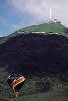Europe/France/Auvergne/63/Puy-de-Dôme/Parc Naturel Régional des Volcans/Monts Dômes: Le Puy-de-Dôme (1465mètres) et mongolfière